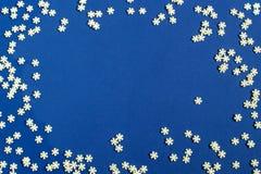 Fond de Noël avec la décoration de sucre sous la forme de flocons de neige Image libre de droits