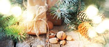 Fond de Noël avec la lumière lumineuse et les présents naturels de fête Type de cru Photographie stock