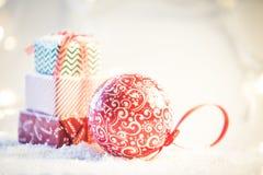 Fond de Noël avec la neige et les présents photo stock