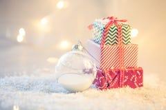 Fond de Noël avec la neige et les présents photographie stock