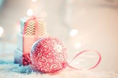 Fond de Noël avec la neige et les présents image libre de droits