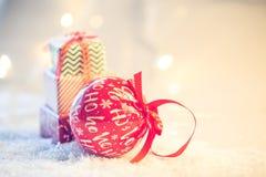Fond de Noël avec la neige et les présents photos libres de droits