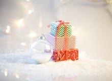 Fond de Noël avec la neige et les présents images stock