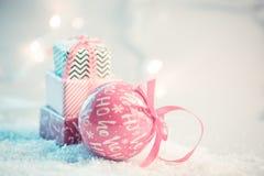 Fond de Noël avec la neige et les présents photo libre de droits