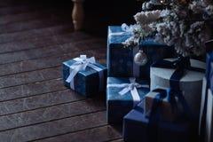 Fond de Noël avec la neige, les cadeaux et les rubans Images stock