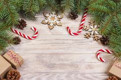 Fond de Noël avec la sucrerie, le cadeau et les flocons de neige décoratifs Copiez l'espace Photo stock