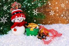 Fond de Noël avec le bonhomme de neige et les cadeaux Photos stock