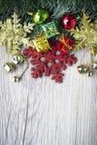 Fond de Noël avec le bosex actuel et boules sur la texture en bois Image libre de droits