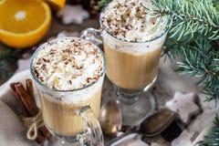 Fond de Noël avec le latte, les biscuits, les branches de sapin, les cônes et le cadeau images stock