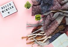Fond de Noël avec le lightbox et l'écharpe de laine image stock