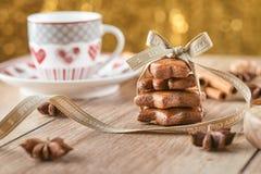 Fond de Noël avec le pain d'épice et la tasse de café, ingrédients de cuisson avec le pain d'épice Photos stock