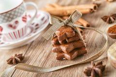 Fond de Noël avec le pain d'épice et la tasse de café, ingrédients de cuisson avec le pain d'épice Photos libres de droits