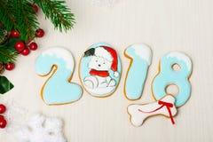 Fond de Noël avec le pain d'épice et les arbres de Noël Photographie stock libre de droits