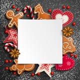 Fond de Noël avec le pain d'épice et les ornements rustiques images stock