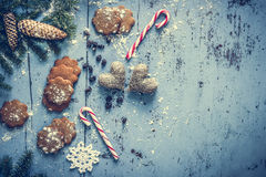 Fond de Noël avec le pain d'épice, la canne de sucrerie, les coeurs et l'arbre de sapin photos libres de droits