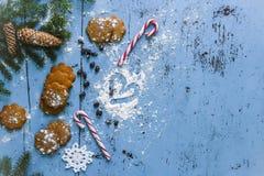 Fond de Noël avec le pain d'épice, la canne de sucrerie, les coeurs et l'arbre de sapin Photos stock