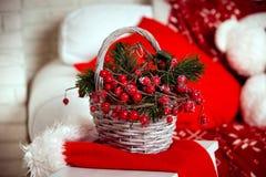 Fond de Noël avec le panier de baie Photographie stock libre de droits