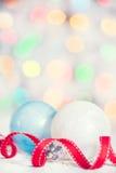 Fond de Noël avec le ruban et les boules rouges Photographie stock