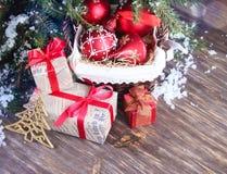Fond de Noël avec les babioles et les cadeaux rouges Images libres de droits