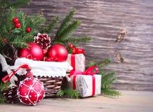 Fond de Noël avec les babioles et les cadeaux rouges Photographie stock