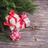 Fond de Noël avec les babioles et les cadeaux rouges Photographie stock libre de droits
