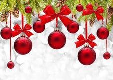 Fond de Noël avec les billes rouges Photographie stock libre de droits