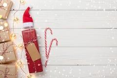 Fond de Noël avec les boîte-cadeau et la lumière de guirlande Photo stock