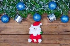 Fond de Noël avec les boules de Noël et la Santa, vue supérieure Image libre de droits