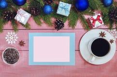Fond de Noël avec les branches à feuilles persistantes de décorations du sapin Image stock