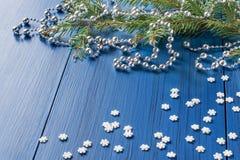 Fond de Noël avec les branches, les perles et les flocons de neige impeccables Photographie stock