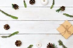 Fond de Noël avec les cônes du sapin, embrouillements de fil Images libres de droits