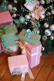 Fond de Noël avec les cadeaux bleus et rouges Photographie stock