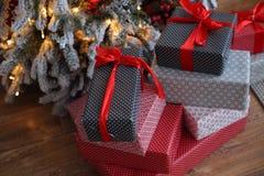 Fond de Noël avec les cadeaux bleus et rouges Images stock