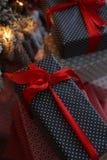 Fond de Noël avec les cadeaux bleus et rouges Images libres de droits