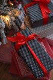 Fond de Noël avec les cadeaux bleus et rouges Image libre de droits