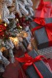 Fond de Noël avec les cadeaux bleus et rouges Photos stock