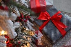 Fond de Noël avec les cadeaux bleus et rouges Image stock
