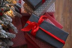 Fond de Noël avec les cadeaux bleus et rouges Photos libres de droits
