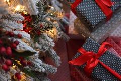 Fond de Noël avec les cadeaux bleus et rouges Photo stock