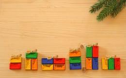 Fond de Noël avec les cadeaux enveloppés colorés photo stock