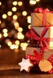 Fond de Noël avec les cadeaux et le bokeh Photos stock