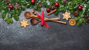 Fond de Noël avec les cuillères et les décorations en bois photos libres de droits