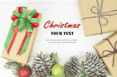 Fond de Noël avec les décorations et le boîte-cadeau Images libres de droits