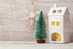 Fond de Noël avec les décorations, la bougie de maison et le pin rustiques Images libres de droits