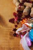 Fond de Noël avec les décorations, la boule et le jouet colorés Photographie stock
