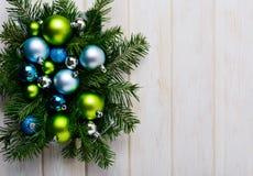 Fond de Noël avec les ornements verts, bleus et argentés Image stock