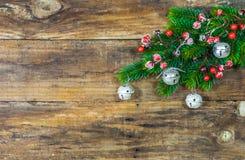 Fond de Noël avec les ornements verts de branche et de Noël d'arbre de sapin Photo libre de droits