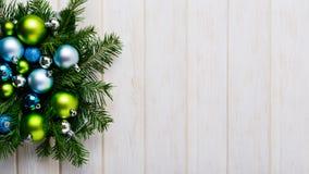 Fond de Noël avec les ornements verts et bleus Photos libres de droits