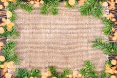 Fond de Noël avec un branc de tissu de toile et d'arbre de Noël Photo libre de droits