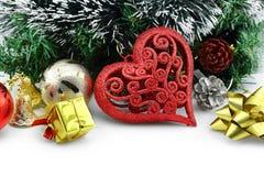 Fond de Noël avec un ornement rouge de coeur Image stock